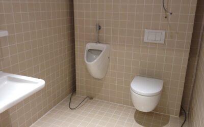 Betegelen van sanitaire ruimtes.