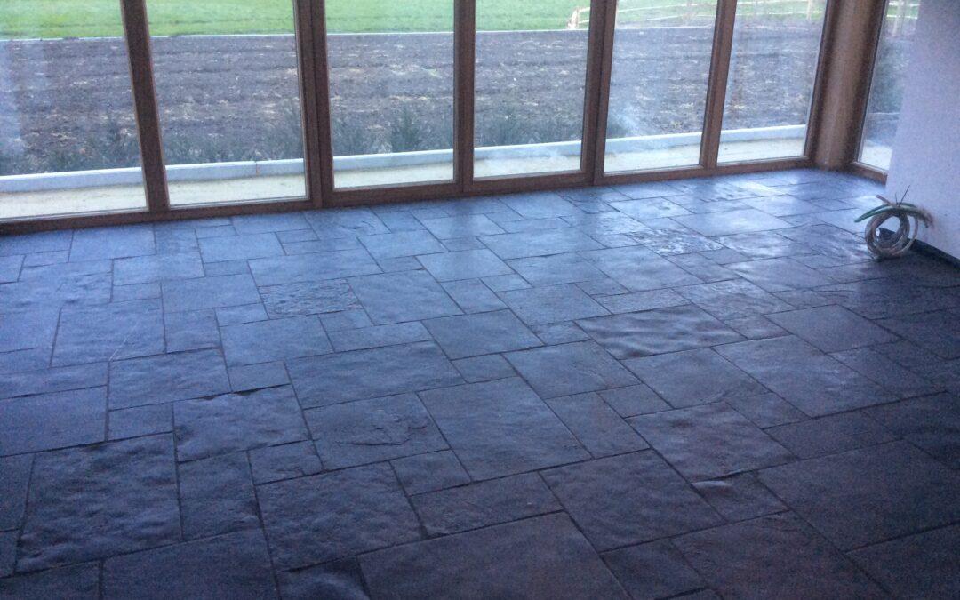 Plaatsen van vloer in nieuwbouw woning te Langemarke. (ism Steenimex)